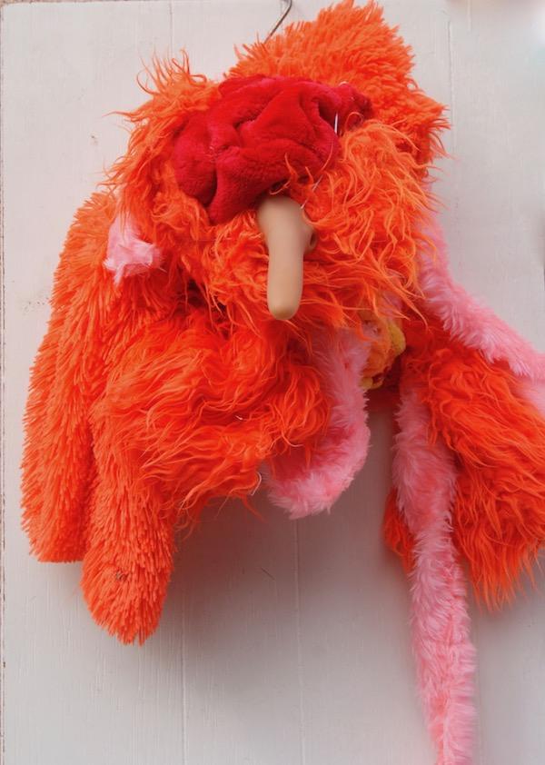 jas, knuffelbeest, pluraria, lange neus robert, pennekamp, natuur, bos, pluche, knuffel, beest, stuffed animal, toys, knuffelbeest, pluraria, object, artist, kunstenaar, gevonden voorwerpen, recycle art